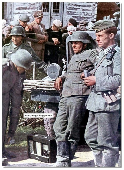 German Soldiers Listen To The Radio In Russia Ww2 German